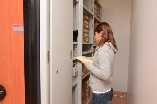 detalle de interior de estanterías moviles o archivos deslizantes